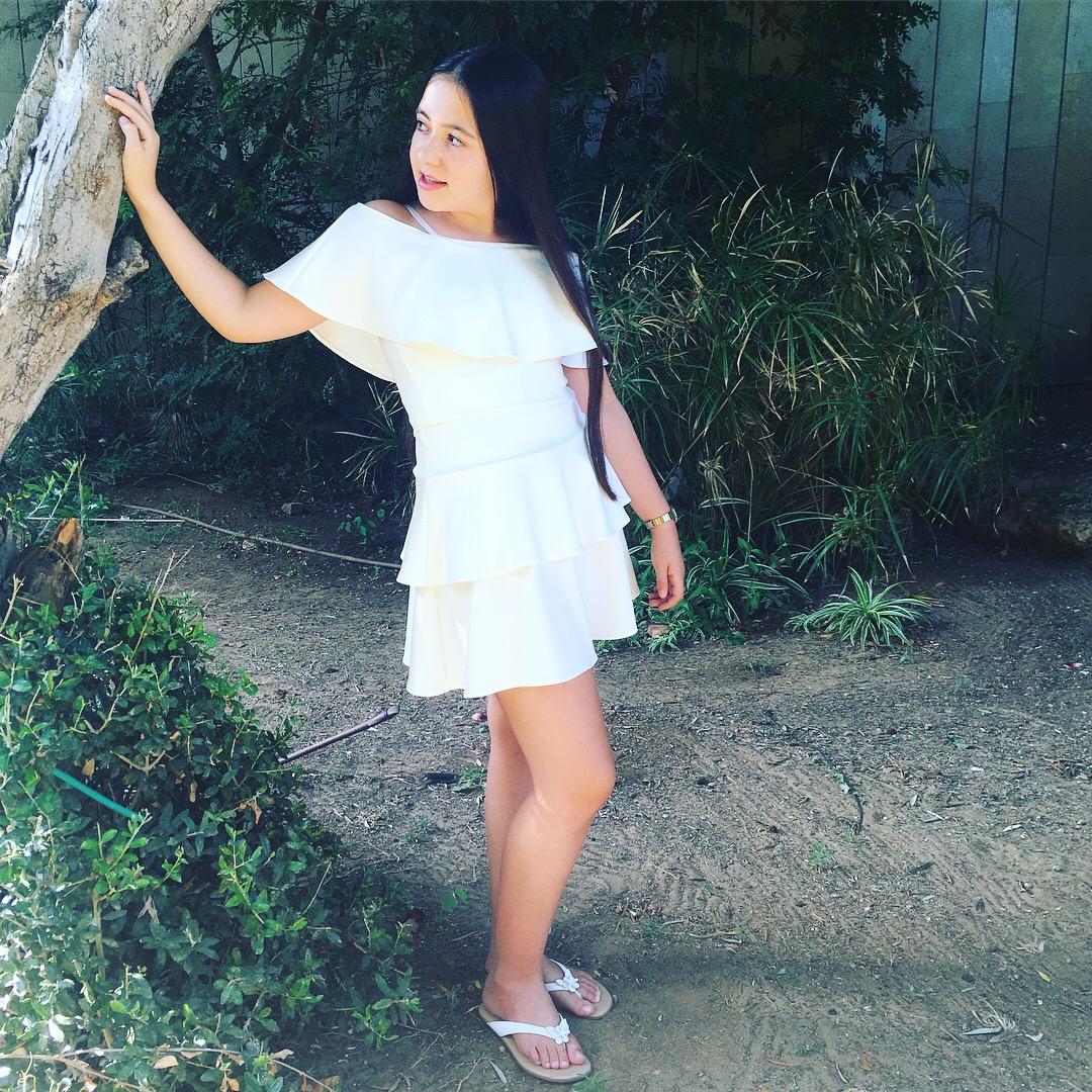 חצאית קצרה לבנה מדורגת וטופ כתפיים