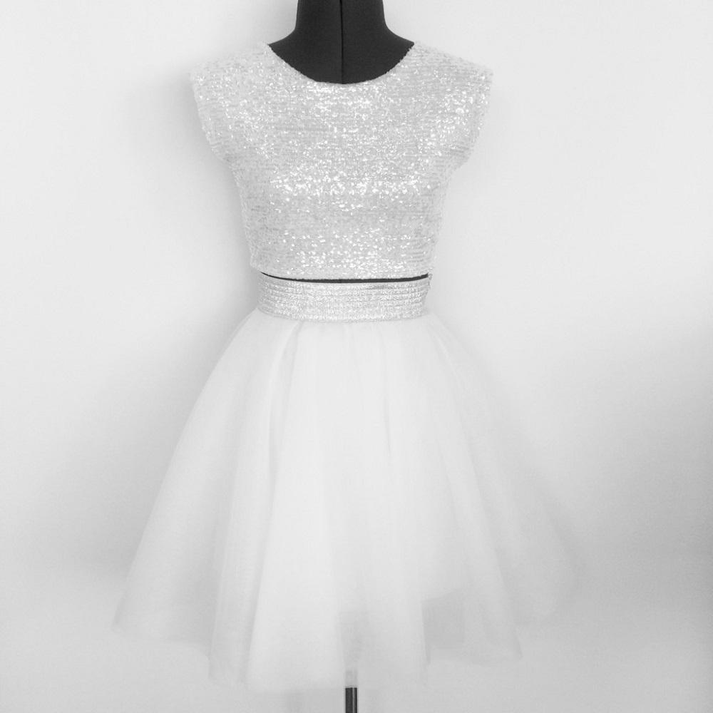 חצאית טול לבנה וחולצת פאייטים