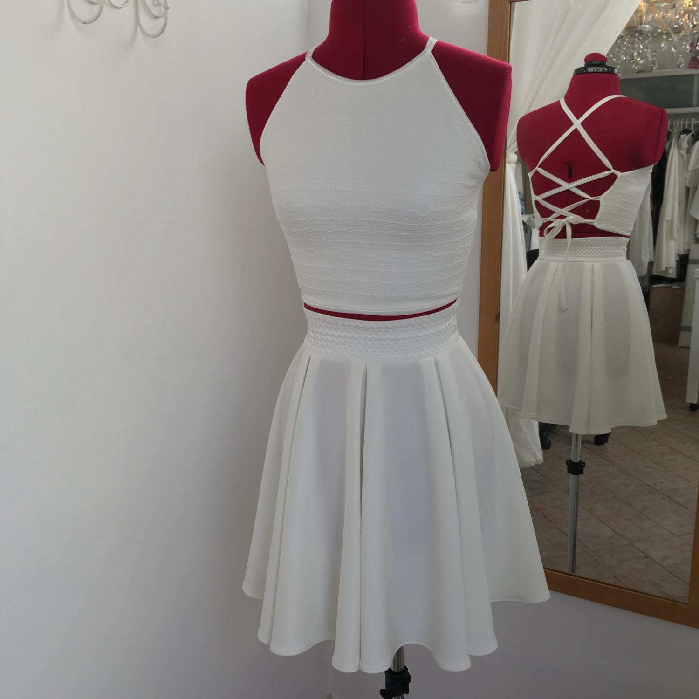 חצאית קצרה לבנה וגופיית קשירות בגב