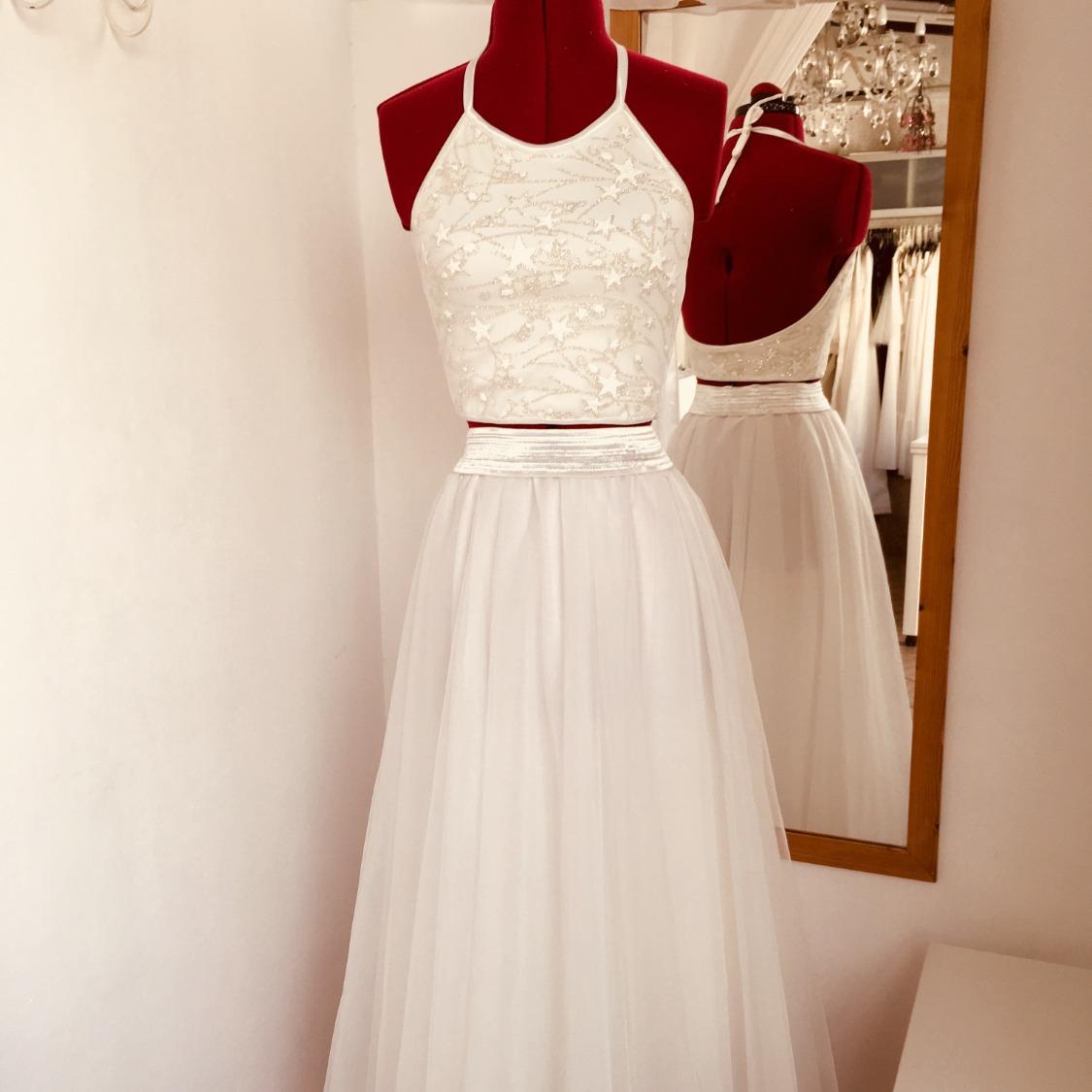 חצאית טוטו ארוכה לבנה וטופ עם כוכבים