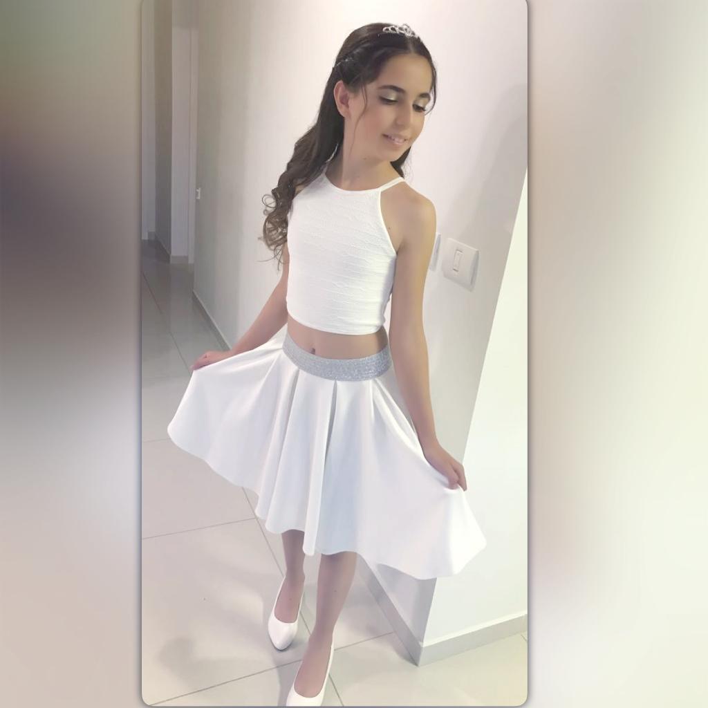 חצאית קצרה לבנה וגופייה מתחרה