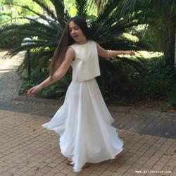 חצאית ארוכה לבנה וחולצה עם פתח בגב