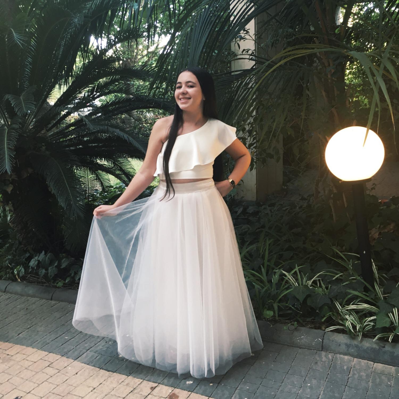 חצאית ארוכה לבנה וחולצת כתף