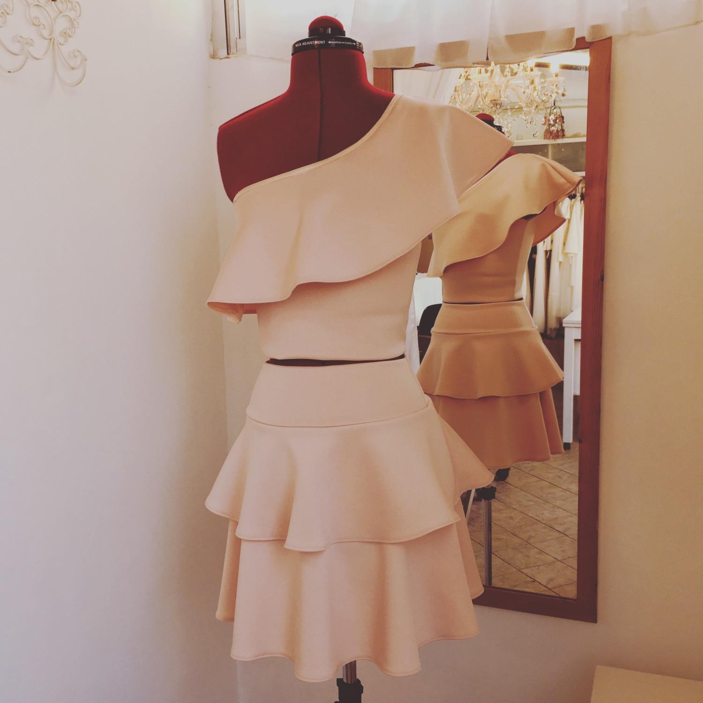 חצאית קצרה פודרה וחולצת כתף