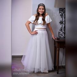 חצאית טוטו ארוכה לבנה וחולצת כתפיים