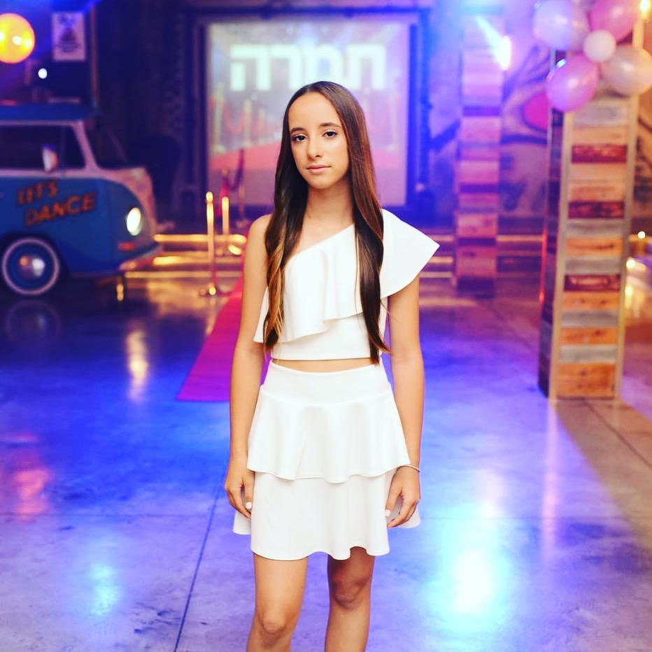 חצאית קצרה לבנה וחולצת כתף