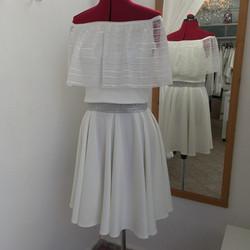 חצאית קצרה לבנה וחולצת כתפיים