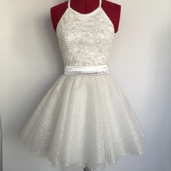 חצאית טוטו קצרה לבנה עם נצנצים וטופ