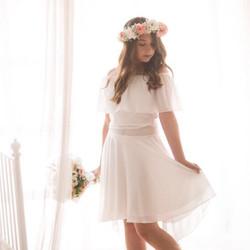 חצאית עם שובל לבנה וחולצת כתפיים