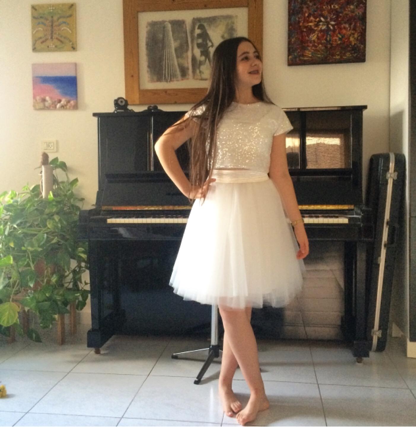 חצאית טוטו קצרה וחולצה מבד פאייטים