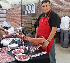 Jose de Comercial Villergas en pleno corte de jamón en un evento empresarial de Madrid