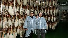 Jose y Manuel propietarios de Alimentación Villergas selecionando el mejor género directamente de los mejores productores