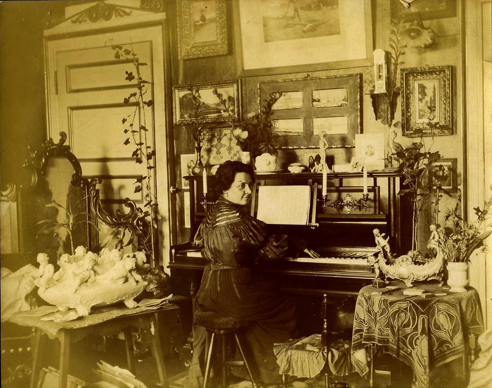 Amalia Moretti Foggia al piano nella sua casa di Milanino