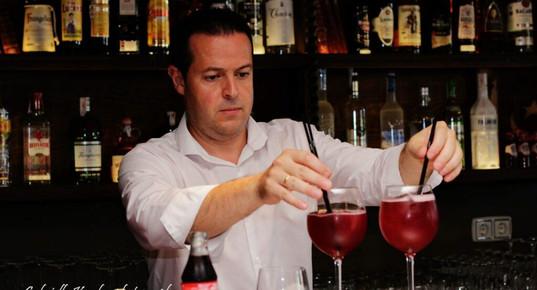 Számos italt kiszolgáló bár.jpg