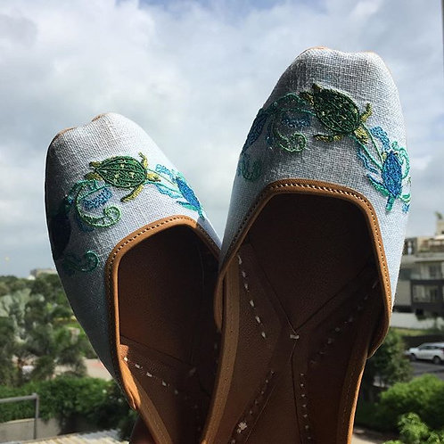 Turtle embroidered juttis