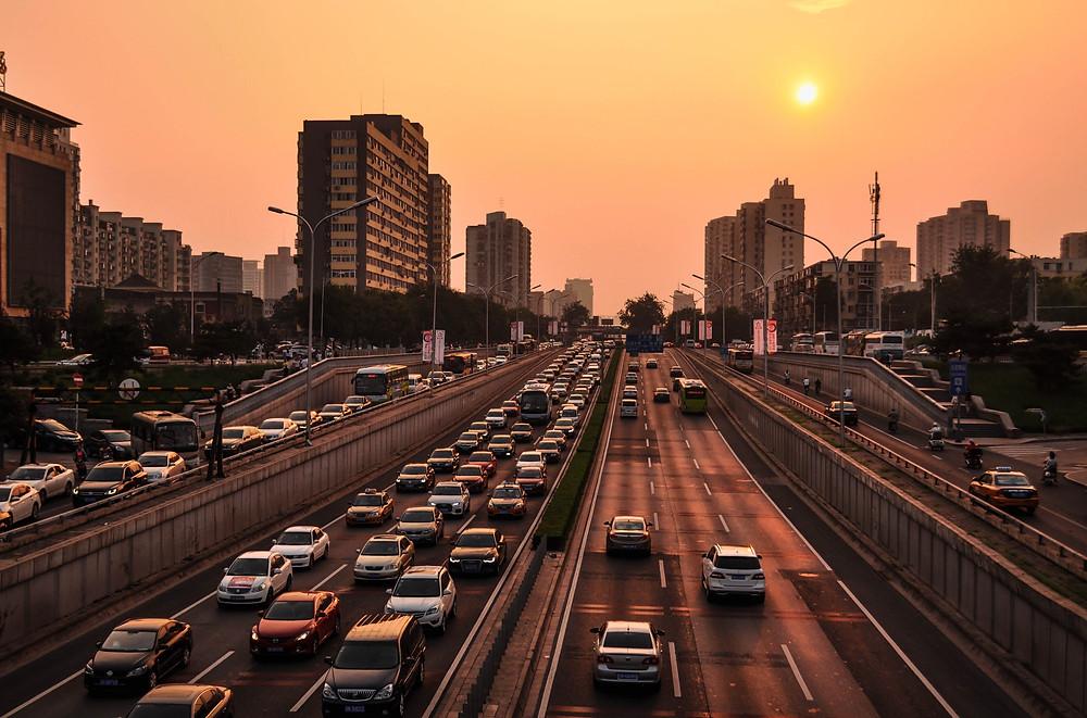 Sebuah jalanan dengan beberapa bangunan dan jalanan yang penuh dengan kemacetan