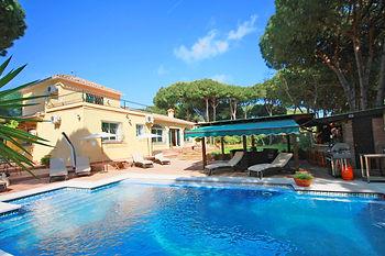 Villa Fuente Verde, Marbella. Pool with Bar and Dining area in back garden