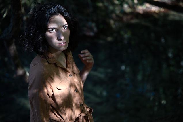 Studio-mune femme arbre eau turquoise gouffre cajarc nature forêt féminine  noir et banc ombres et lumières ombre et lumière regard noir