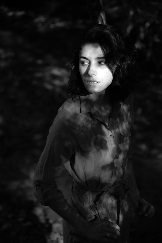 Studio-mune femme appuyée sur un arbre eau turquoise gouffre cajarc nature forêt féminine  noir et banc ombres et lumières ombre et lumière regard noir