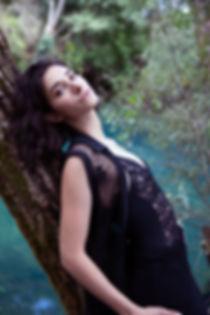 Studio-mune femme appuyée sur un arbre eau turquoise gouffre cajarc nature forêt féminine