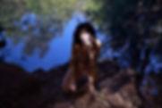 Studio-mune femme appuyée sur un arbre eau turquoise gouffre cajarc nature forêt féminine  noir et banc ombres et lumières ombre et lumière regard noir cigarette fume reflet eau arbres