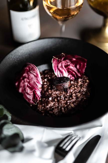 Il risotto al vino rosso, mustardela, radicchio e uva passa