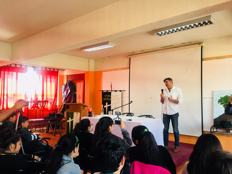 Visita de Yann Yvin al taller de periodismo
