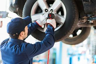 Meccanico che ripara automobile