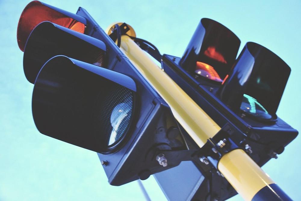 Varios semáforos en un poste