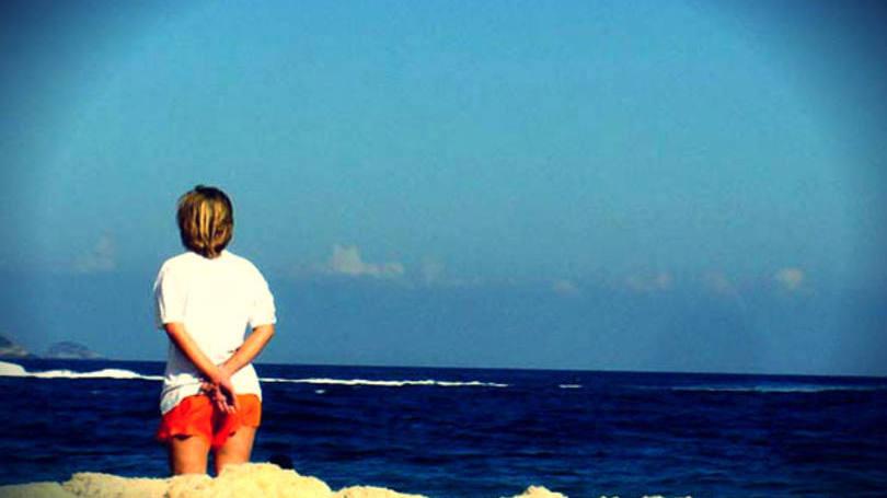 size_810_16_9_mulher_na_praia_olhando_horizonte.jpg