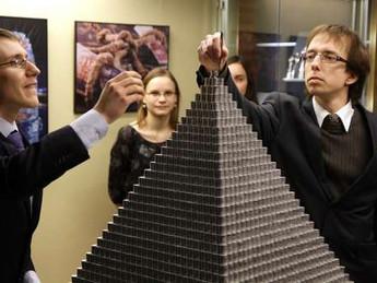 Pirâmide com um milhão de moedas é construída na Lituânia