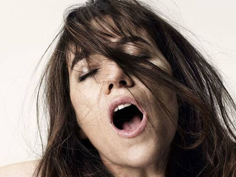 Mulheres têm orgasmos mais intensos quando parceiro é engraçado e rico, diz estudo