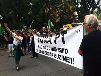 Manifestantes pedem a prisão de Lula em frente à Justiça Federal