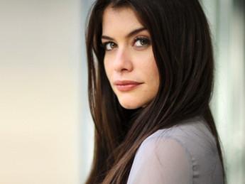 Alinne Moraes é cotada para viver cafetina em minissérie na Globo