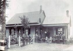 Famille de Sinaï devant la maison