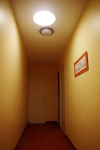 Conduit de lumière dans un couloir
