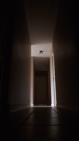Dans un couloir