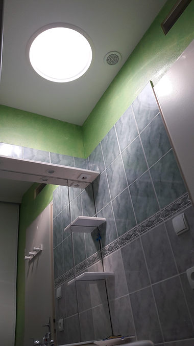 Conduit de lumière dans une salle de bain