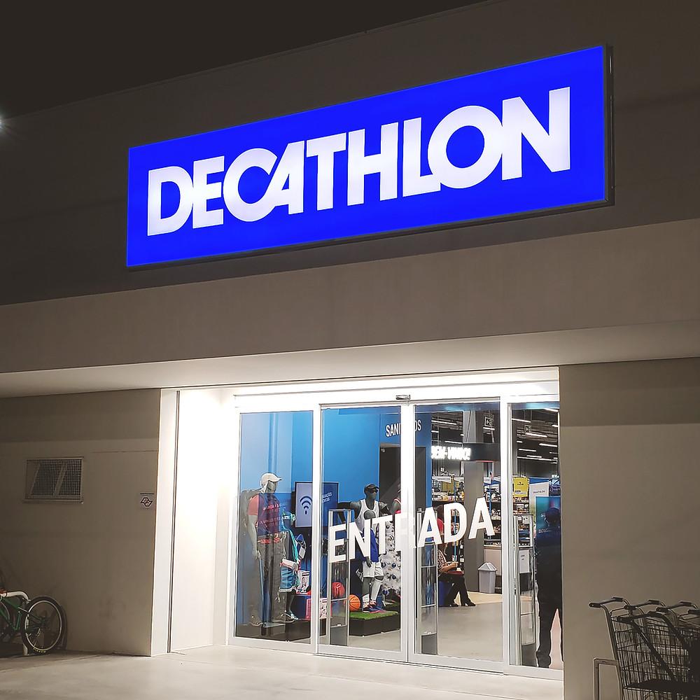fachada decathlon em letreiro luminoso