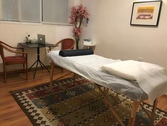 מיטת טיפולים בקליניקה
