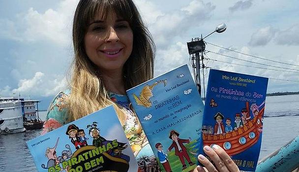 A autora e seus livros na edição nacional