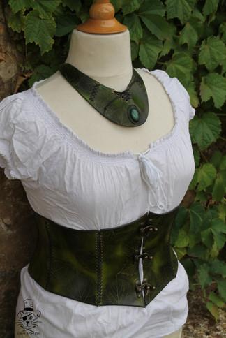 Ensemble corset collier feuille