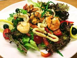 Салат теплий з морепродуктами