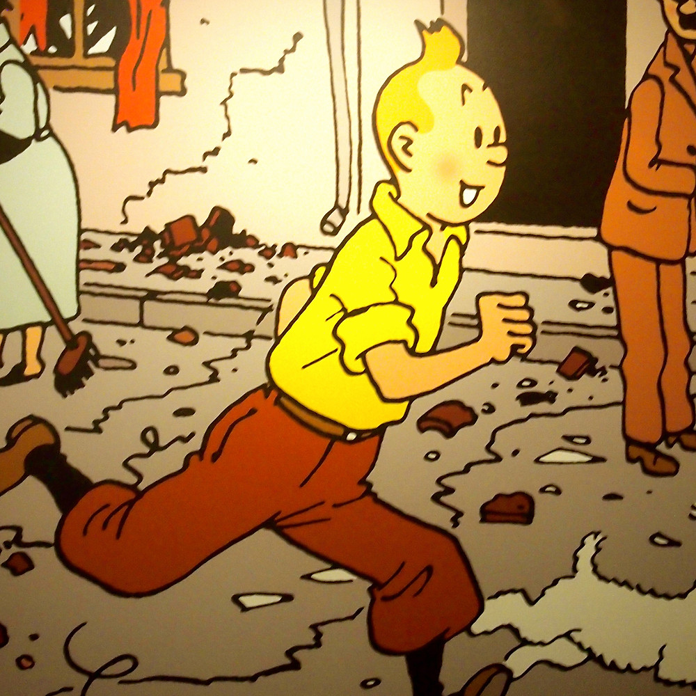 Dessin de Tintin avec chemise jaune et pantalon court marron courrant