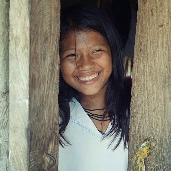 Sourir d'une petite fille après avoir entendu un compliment