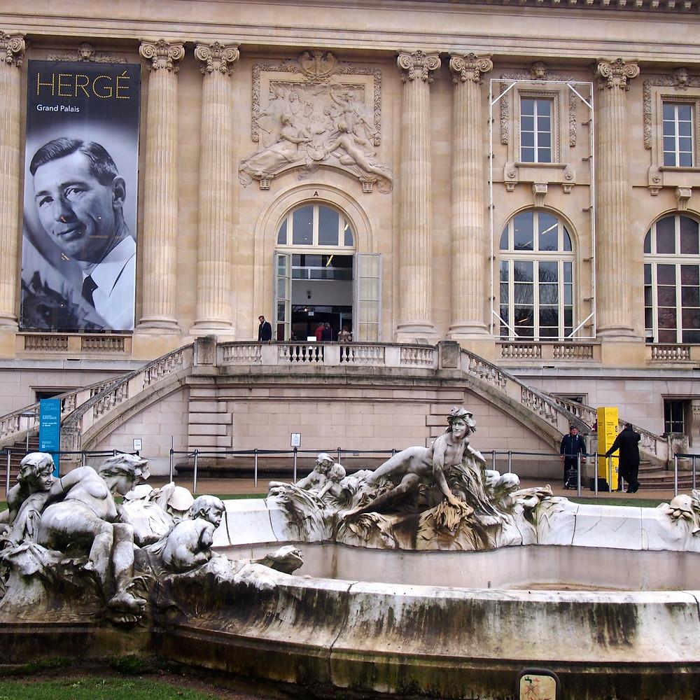 Façade du grand palais avec affiche Hergé en noire & blanc
