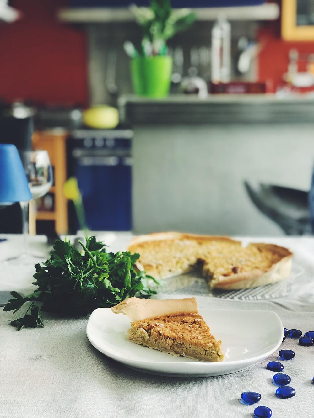 Photo tarte à la rhubarbe et pomme aux amande coupée couleur