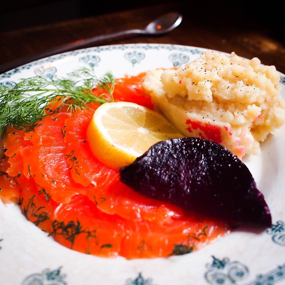 Assiette de saumon gravlax accompagné de sa purée de pomme de terre maison