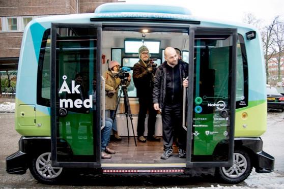 試験運転中の自走EVバス。係員も乗車している(C)Kristina Sahl, Stockholms stad