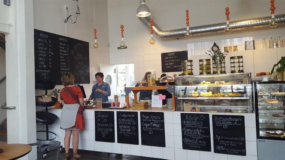 「カフェ・ヒトム」の店内。カウンターにはおいしそうなお菓子やケーキが並ぶ=矢作ルンドベリ智恵子撮影
